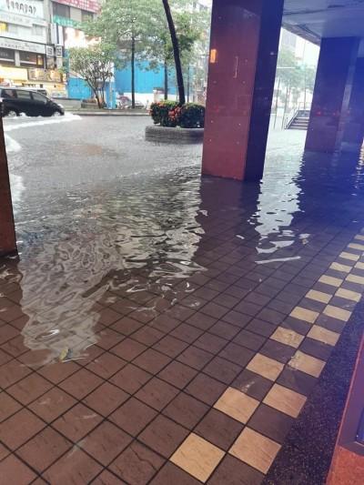 台北東區慘淹成河 陳為民神角度「好深好清澈」