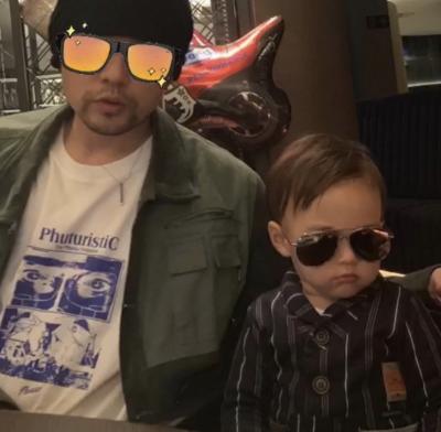 神複製!周杰倫墨鏡、父子裝Look同框2歲兒帥翻