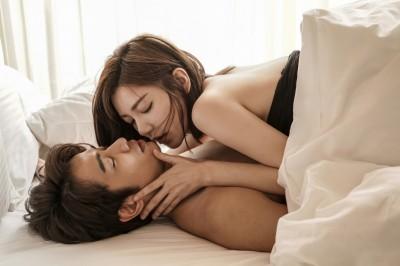 郭雪芙親熱滾床上下游移 劉以豪一秒害羞:太下面