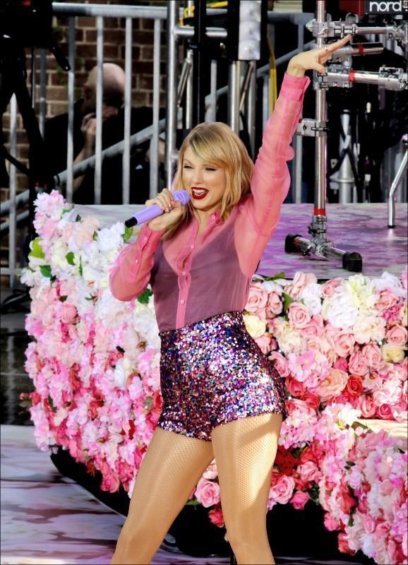 泰勒絲新輯狂刷樂壇新紀錄  送披薩暖心徹夜排隊粉絲