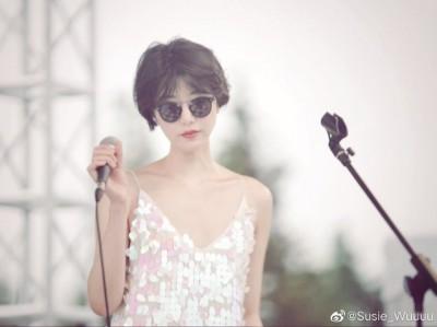 李亞鵬小16歲新歡低胸獻唱 激似王菲有夠酷