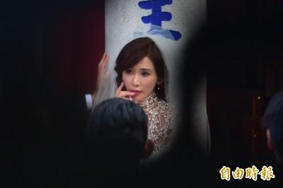 AKIRA甜摟林志玲 熱情揮手向粉絲打招呼