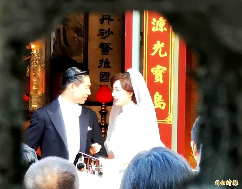 爭睹林志玲世紀婚禮 大批民眾在吳姓宗祠外搶拍