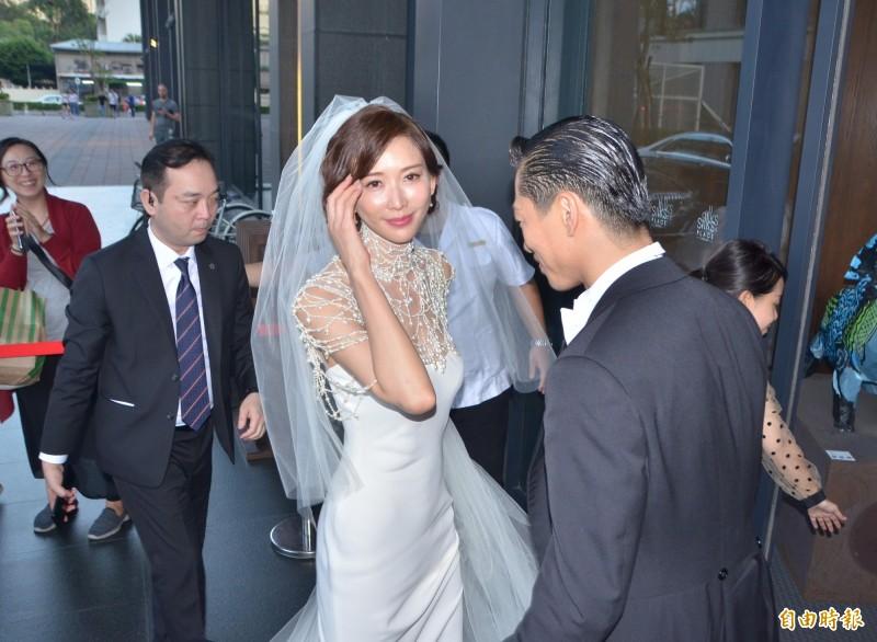 婚禮儀式後 林志玲偕夫婿帶著幸福的笑容回酒店