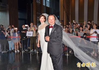 林志玲、AKIRA婚禮登場!穿絕美婚紗露鏤空香肩