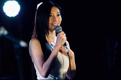 國民女友祈錦鈅當眾換裝 低胸背心配短裙嗨翻眾人