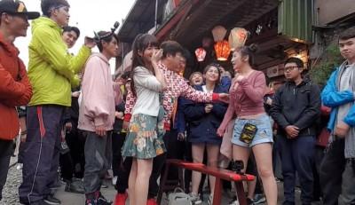 胡瓜外景捕獲「韓國知名網紅」 展現台綜熱情大方送紅包