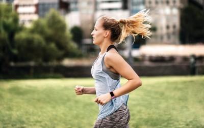 防疫多多運動增抵抗力 Fitbit首款GPS智慧手環登台開賣