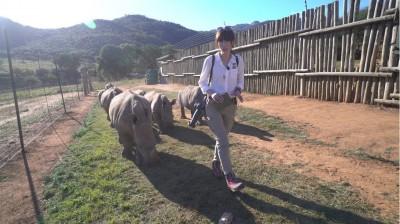 美女主播扛來福槍探訪非洲   見3腿豹淚流滿面