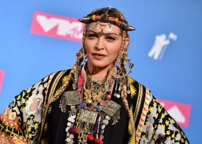 瑪丹娜勇PO露點照 嗆酸民:我他X的不在乎