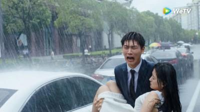 女星雨中被車撞到流產 醒來悲痛罵丈夫「大騙子」