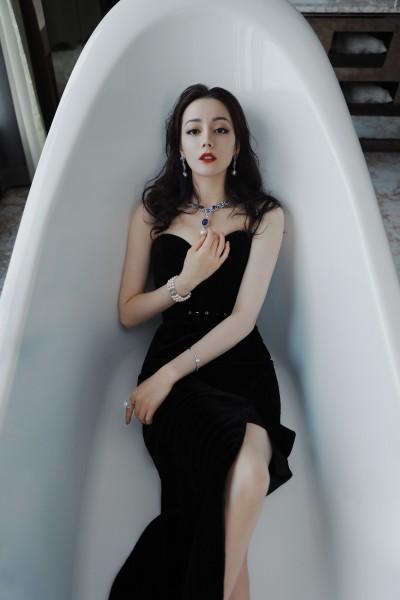 迪麗熱巴躺浴缸露雪肌 辣度全開