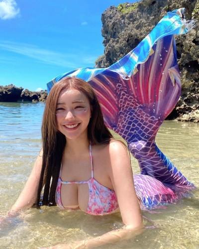 世新女神化身「爆乳美人魚」 海灘倒奶滑出2粒球