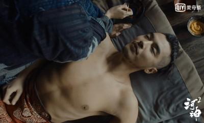 女星主動爬上床!服侍男主角裸身泡澡爽喊「舒服」