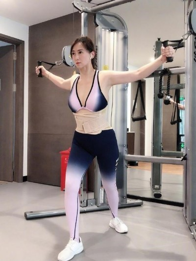 51歲性感女神傲人雙峰 羞曝老公要求每天運動2小時