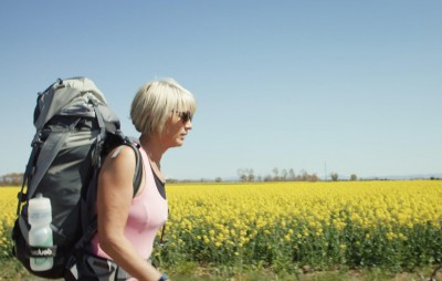 女子15天辦2場喪禮 背兒子丈夫骨灰走800公里