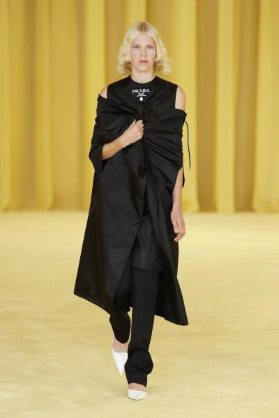 Prada 2021春夏米蘭時裝秀 手抓外套才時尚