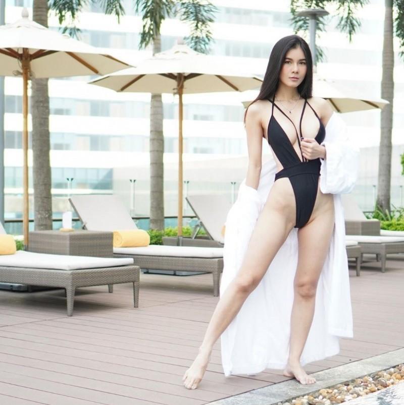 「泰國最美AV女優」深V高衩泳裝辣翻 胸前洩神祕黑暈