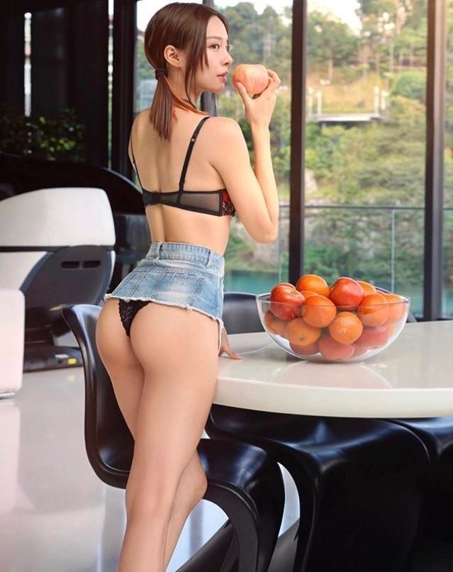 超辣!鋼琴女神嗑水果防疫 一個轉身…蜜桃臀蕾絲小褲褲全走光