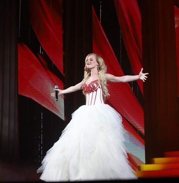 女歌手登台獻唱跌下舞台 腳骨慘碎裂...現場畫面曝光!
