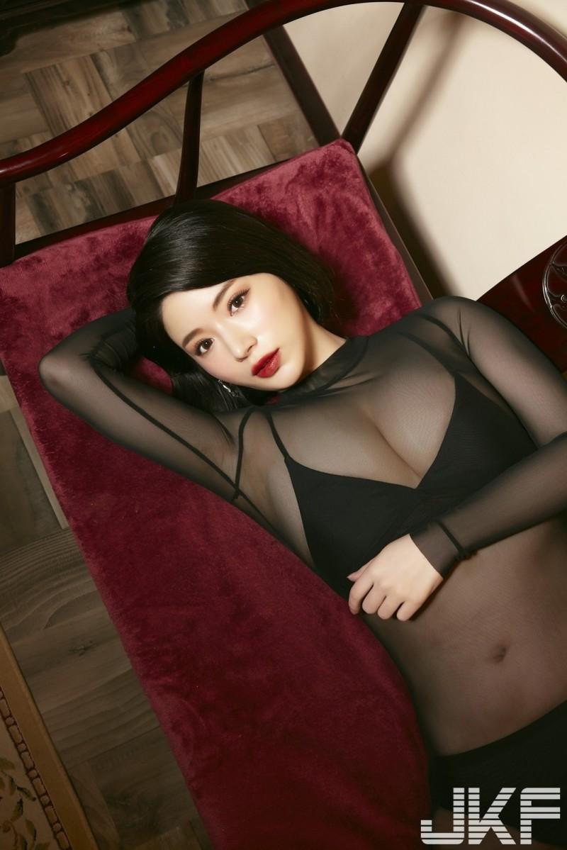 F乳最美女優火辣「只穿絲襪衣」 下身激裸畫面震撼