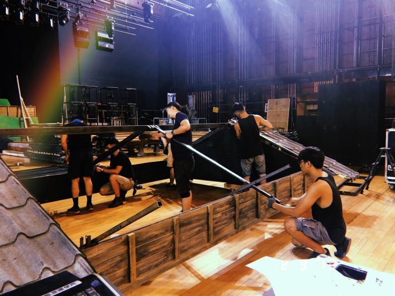 劇場技術人才是為表演者搭建舞台的幕後功臣。(紙風車提供)