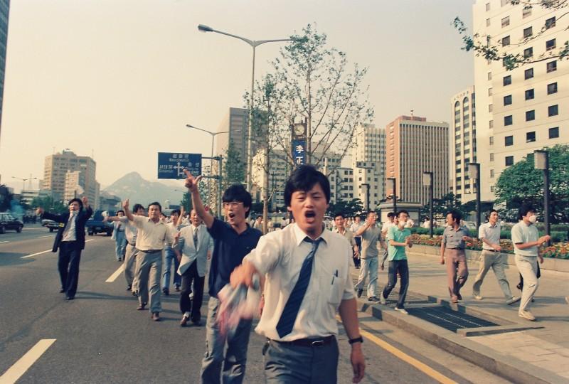 [新聞] 1987人民覺醒 朱立熙影像紀錄韓國6月民主