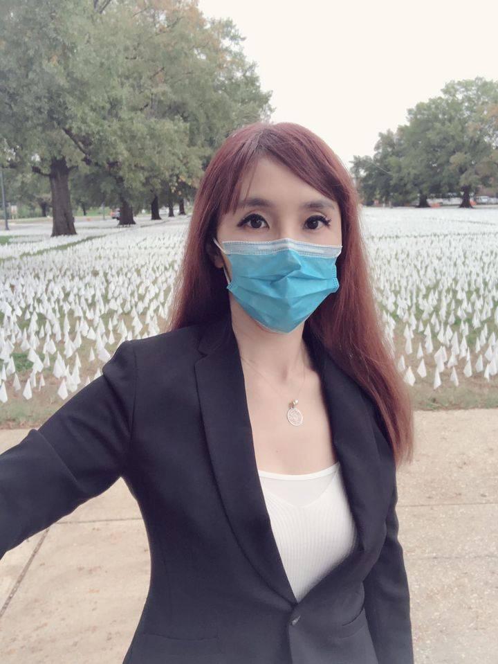 幸福台灣人! 女神主播直擊華府插滿16萬面小白旗