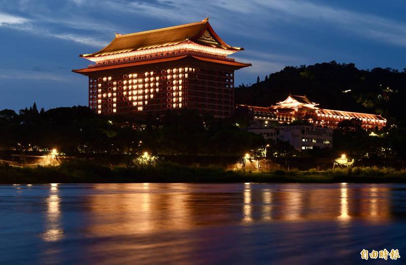 圓山大飯店點燈「A❤T」 感謝美國贈疫苗