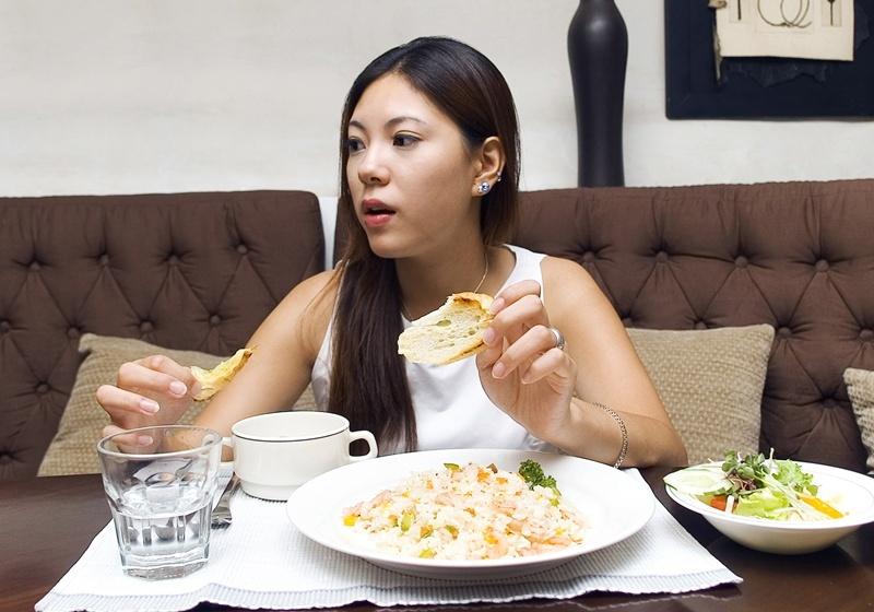 吃飯時喝水會影響消化?8 個錯誤飲食習慣要改善!