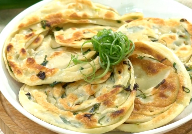 「自製蔥油餅」酥脆有嚼勁關鍵在麵糰!小撇步逼出蔥香更加分