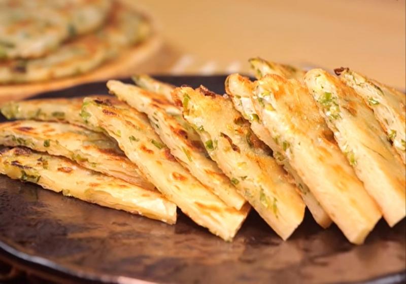 「蔥油餅」用 2 種粉調出酥脆麵糰!蔥花這樣處理更提香
