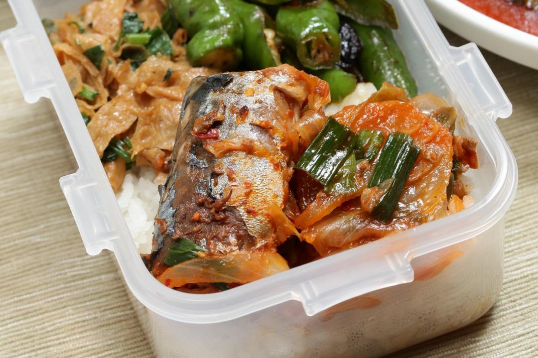 泡菜炒罐頭鯖魚!快手完成美味下飯便當菜