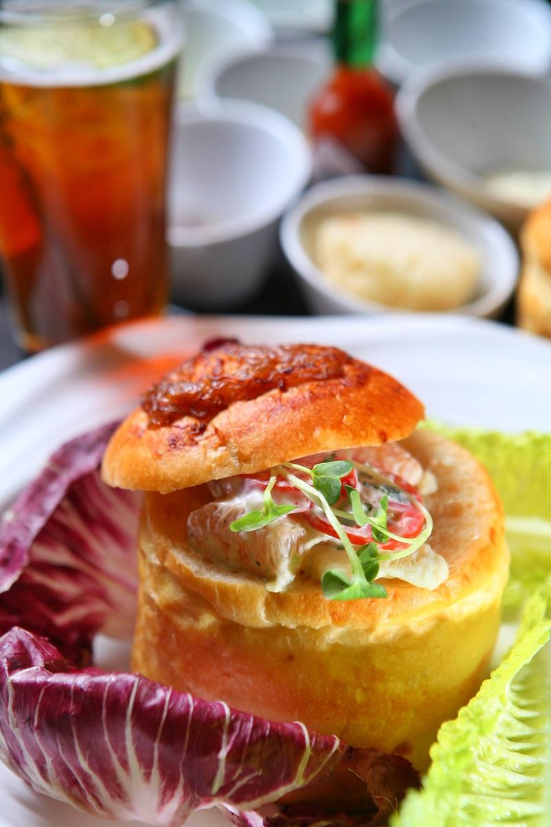 洋蔥馬鈴薯麵包碗沙拉