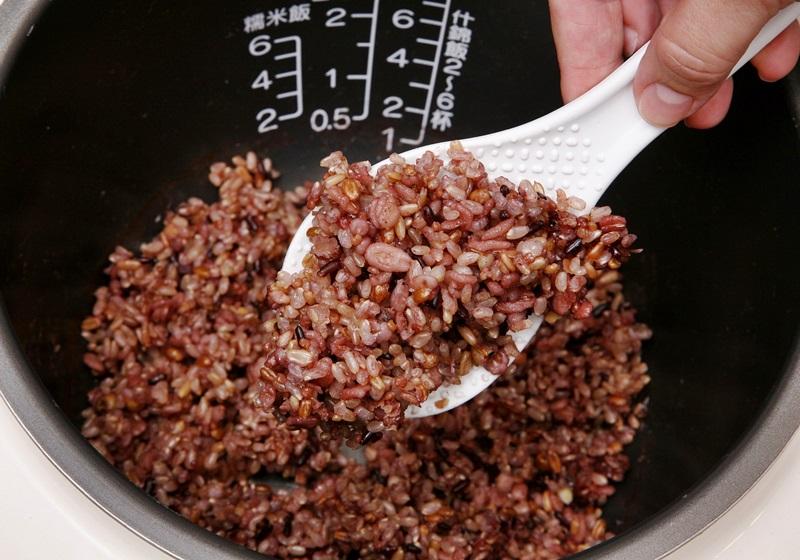 糙米飯怎麼煮才好吃?泡水時間、米水比例快筆記起來