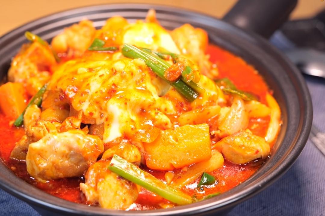 韓式辣醬起司燉雞一鍋到底!濃郁香辣邪惡牽絲超下飯