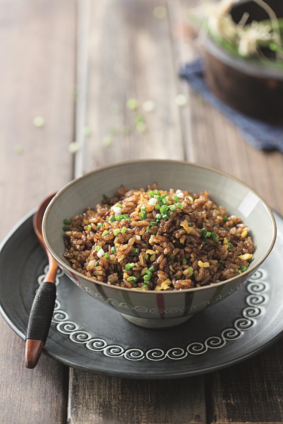 來不及買菜?炒一盤香噴噴「醬油炒飯」記得先調味!