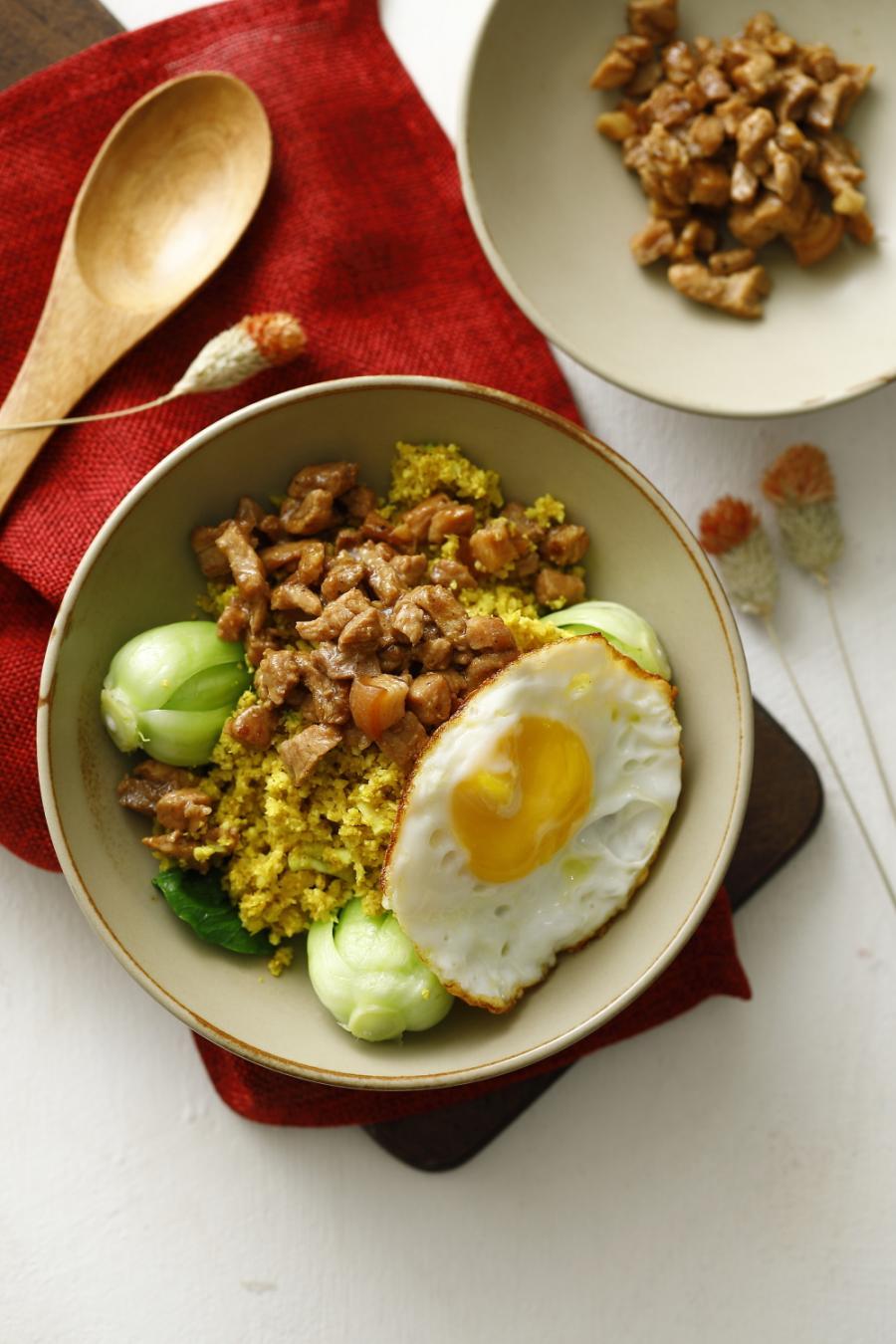 薑黃滷肉飯佐太陽蛋