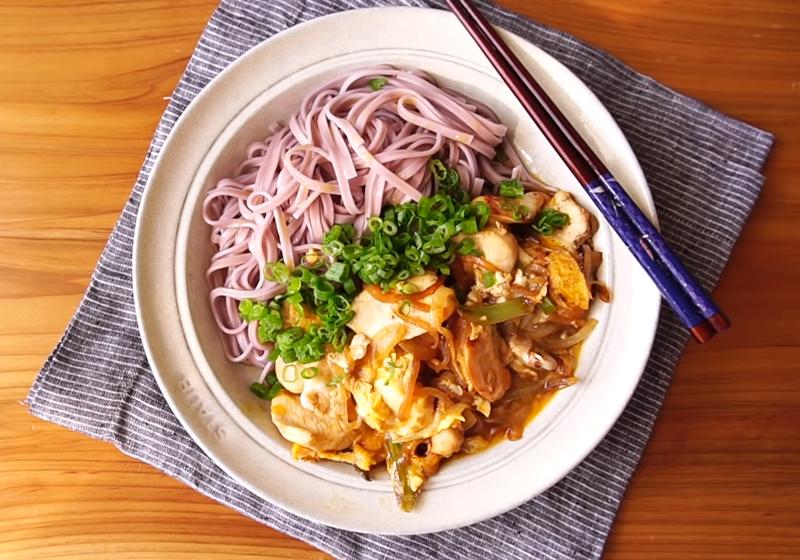 懶人料理 | 滑蛋雞肉拌麵 (影音)