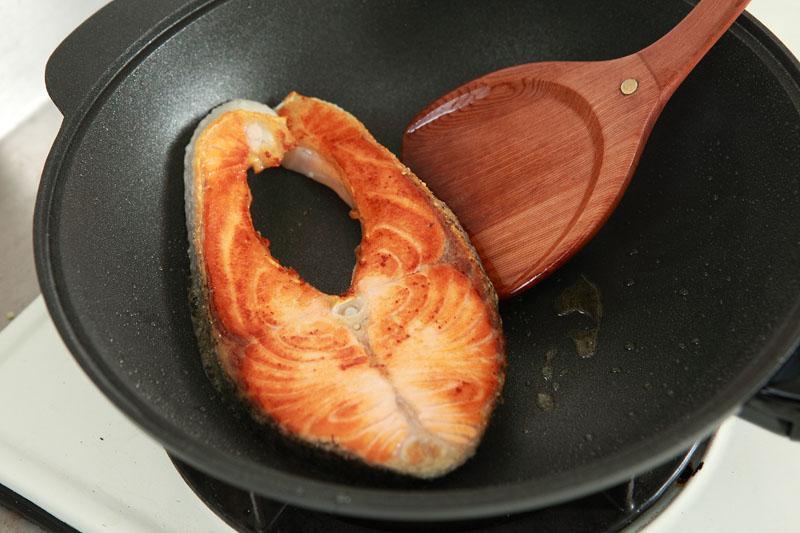 煎鮭魚時多做這一步,表面金黃酥脆、肉質不乾柴!