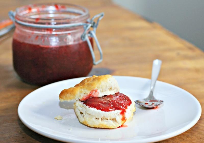 免熬煮、不用果汁機!「速成版草莓果醬」拌一拌就搞定