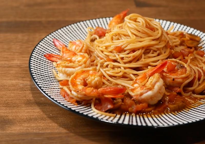 超濃厚!鮮蝦番茄義大利麵,收汁、擺盤一併學會 (影音)