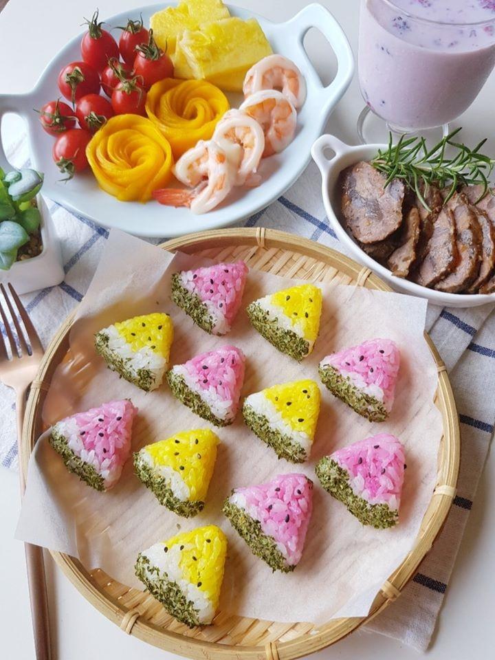 夏天好應景!雙色「西瓜三角飯糰」野餐、派對上桌超吸睛