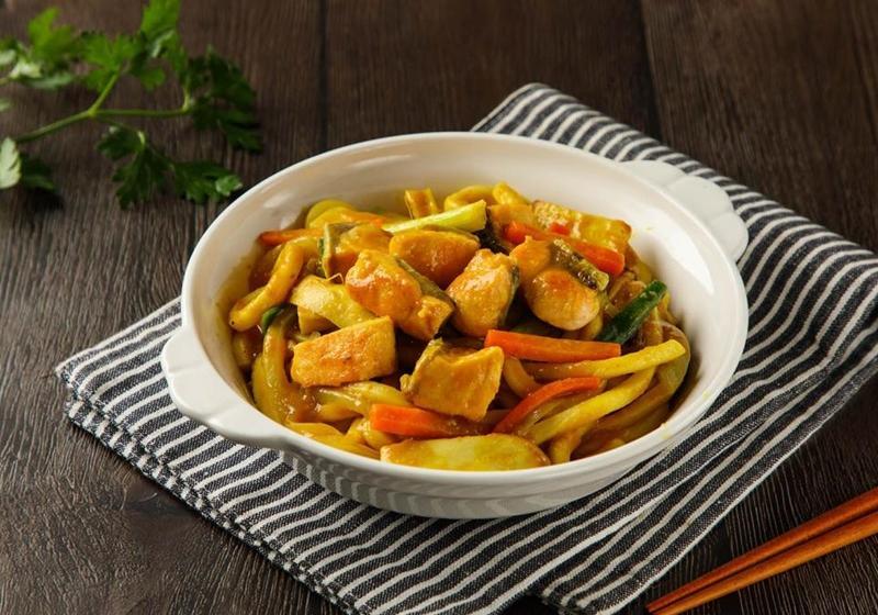 一鍋到底「咖哩鮭魚炒烏龍麵」日式家常料理快速上桌