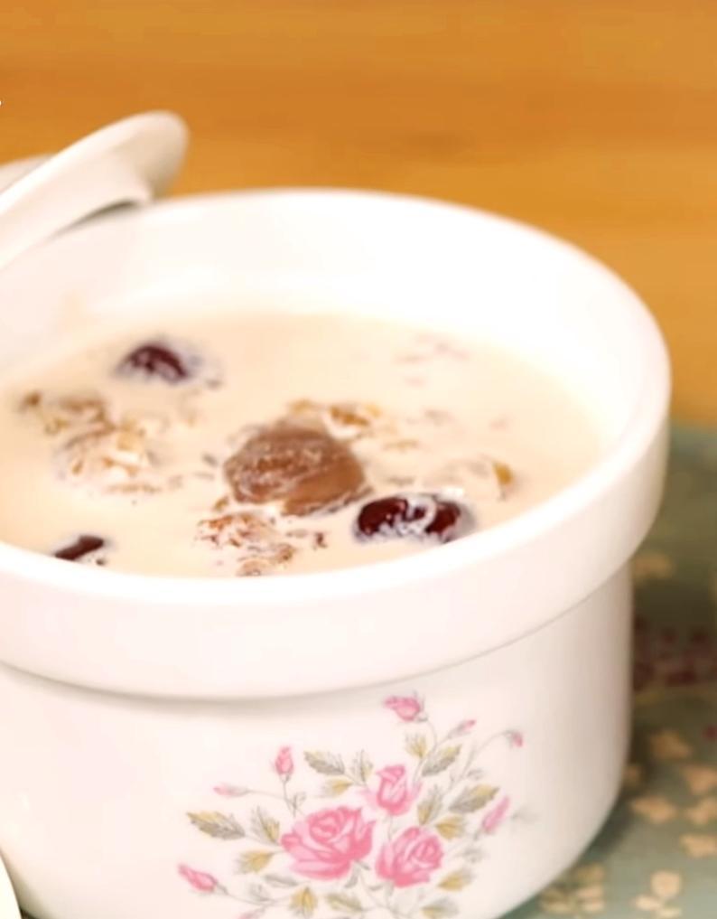 港式甜湯新寵兒!養顏美容的「椰汁桃膠燉奶」電鍋一按就搞定