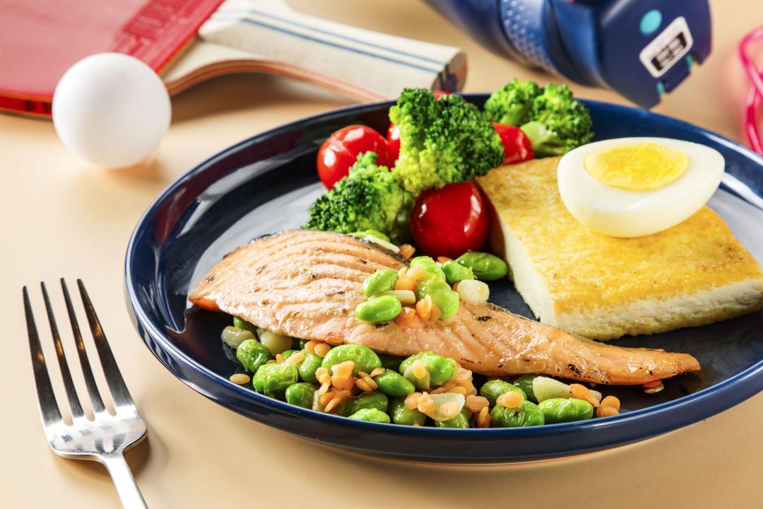 超商即食包秒變「高蛋白質健身餐」!香草鮭魚佐鮮蔬豆腐