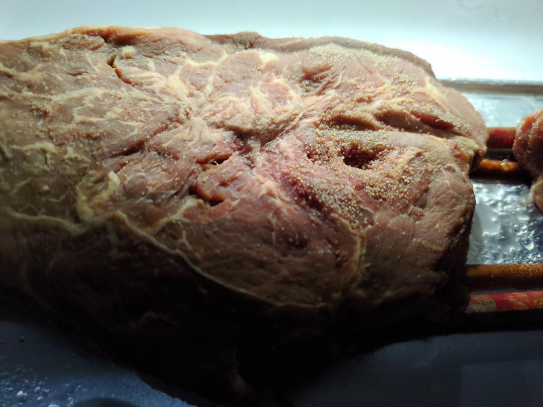 網友DIY「冰箱養牛排」竟狂冒小圓珠!專家解析乾式熟成的成功關鍵