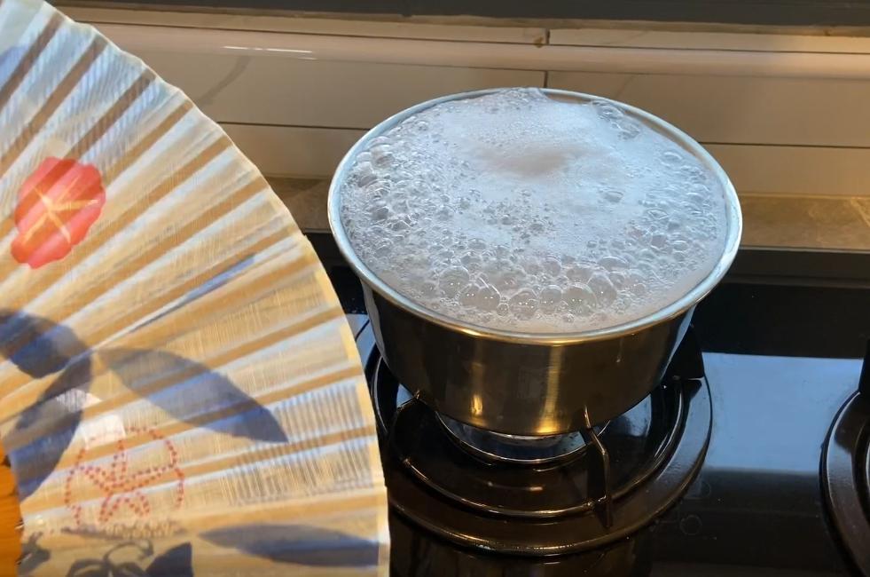 日本節目用「一把扇子」防止煮麵沸水泡沫外溢?物理老師教 3 招更實用
