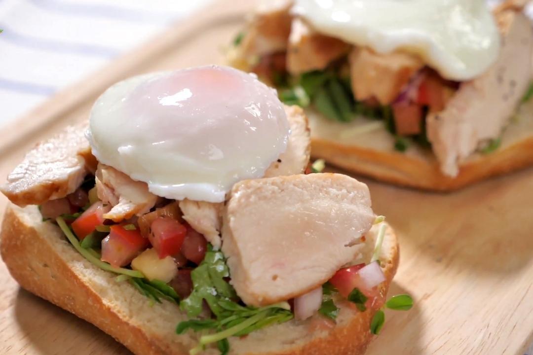 超完美早午餐!班尼迪克蛋、莎莎醬佐雞胸肉