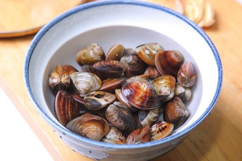 蛤蜊吐沙關鍵在鹽水濃度!農委會提醒:泡水太久「這養分」會流失